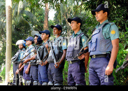 Dhaka, Bangladesh. 3rd Nov, 2014. Police stand guard on a road during a countrywide 72-hour strike enforced by Bangladeshi - Stock Photo