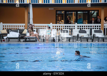 France paris hotel molitor swimming pool opening in may for Public swimming pools paris