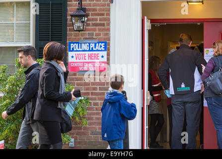Arlington, Virginia, USA. 4th November, 2014. People entering polling place for voting November 4, 2014. Lyon Village - Stock Photo