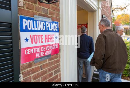 Arlington, Virginia, USA. 4th November, 2014. People wait to enter polling place for voting November 4, 2014. Lyon - Stock Photo