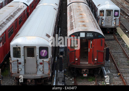 New York, Old tracks and wagons subway in Flushing Meadow. The 7 Flushing Local and 7 Flushing Express are two rapid - Stock Photo
