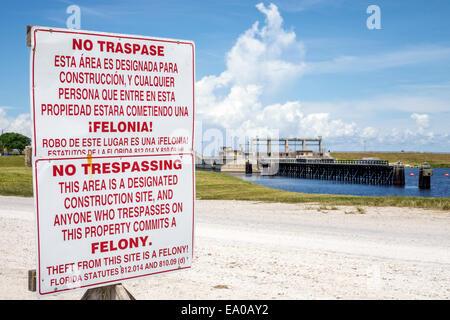 Florida Indiantown Canal Point Lake Okeechobee Saint St. Lucie Canal sign English Spanish language no trespassing - Stock Photo