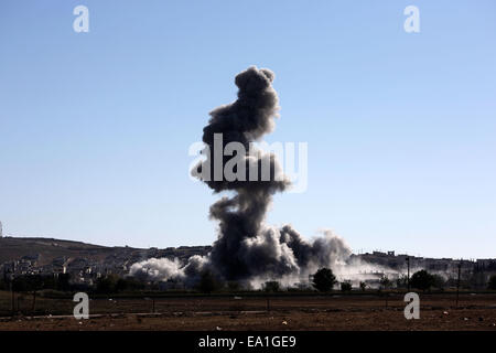 Turkey-Syria border. 5th Nov, 2014. Smoke rises from an Islamic State fighters position in the town of Kobane during - Stock Photo