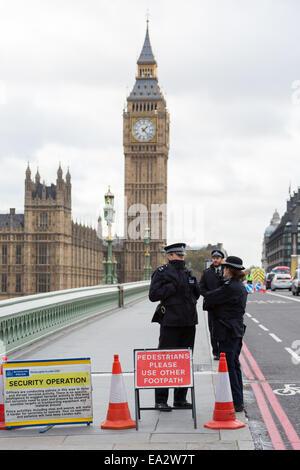 London, UK. 5th November, 2014. Metropolitan Police officers in London block one side of Westminster Bridge as they - Stock Photo