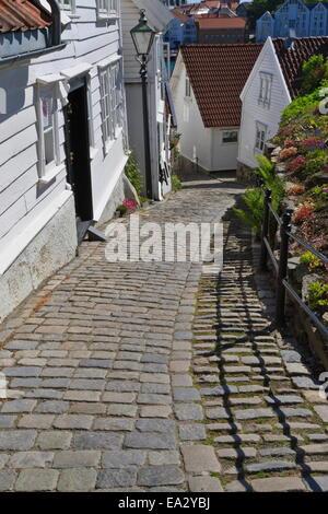Steep cobbled street and white wooden houses, Old Stavanger (Gamle Stavanger), Stavanger, Norway, Scandinavia, Europe - Stock Photo