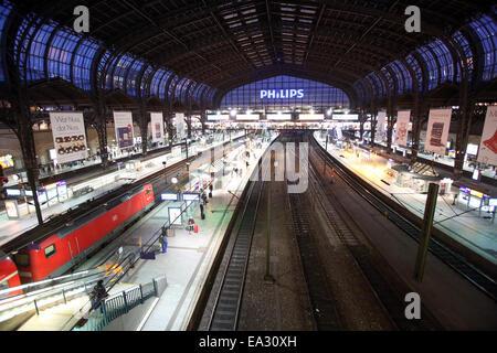 Hamburg, Germany. 06th Nov, 2014. The platforms are mostly empty at central station in Hamburg, Germany, 06 November - Stock Photo