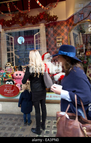 London, UK. 6th November, 2014. Hamleys unveils Christmas windows, Regent Street. A mother and child look at the - Stock Photo