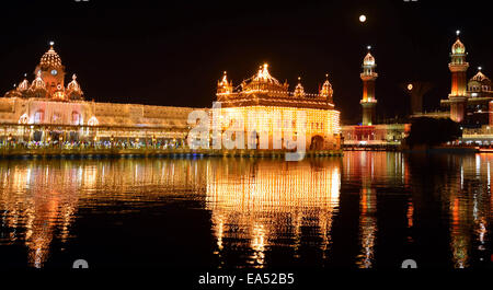 Amritsar, India. 6th Nov, 2014. The Golden Temple is illuminated during the 545th birthday anniversary of Sri Guru - Stock Photo