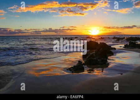 USA, Hawaii, Maui, Wailea Ekolu Village, Keawakapu, Sunset at Beach - Stock Photo