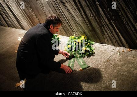 Berlin, Germany. 7th Nov, 2014. A man lays a flower wreath to a monument at Berlin's Grunewald train station during - Stock Photo
