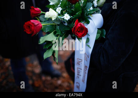 Berlin, Germany. 7th Nov, 2014. People holding flowers gather near Berlin's Grunewald train station to attend a - Stock Photo