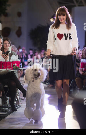 Calgary, Alberta, Canada. 7th Nov, 2014. A model showcasing a Holt Renfrew Fur top and a Akris Punto skirt while - Stock Photo