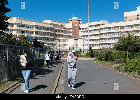 Red Cross War Memorial Children's, parents carrying their small children in blankets, Cape Town, South Africa - Stock Photo