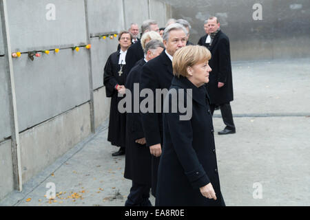 Chancellor Angela Merkel (CDU),and Klaus Wowereit  between others celebrits laying roses at Berlin Wall Memorial - Stock Photo