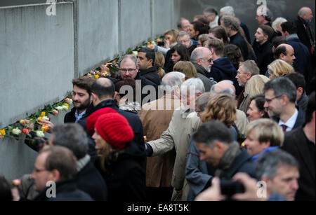 Berlin, Germany. 9th Nov, 2014. People attend a memorial activity to commemorate the 25th anniversary of the fall - Stock Photo