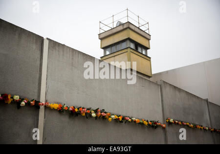 Berlin, Germany. 9th Nov, 2014. Flowers are placed in a gap of the Berlin Wall memorial in Berlin, Germany, 9 November - Stock Photo