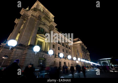 Berlin, Germany. 9th Nov, 2014. The 'light border' near the Reichstagsgebäude, seat of the German Parliament in - Stock Photo