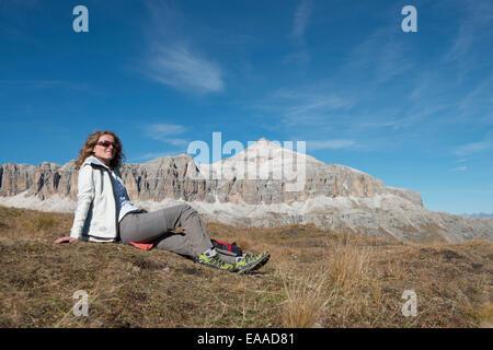 Frau rastet auf Wiese in den Dolomiten - woman rest on meadow in the dolomites - Stock Photo
