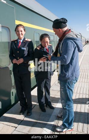 Tourist reboarding the Qinghai-Tibet Railway, China - Stock Photo