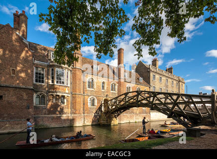 Cambridge Mathematical Bridge on the River Cam at Queens' College, with tourists and students punting, polling in - Stock Photo