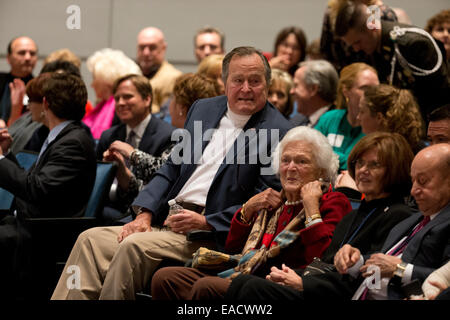 College Station, Texas, USA. 11th November, 2014. Former U.S. President George H. W. Bush listens with his wife - Stock Photo