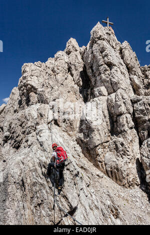 Mountaineers at the Imst via ferrata during the ascent of Mt Maldenkopf in the Lechtal Alps, with the summit of - Stock Photo