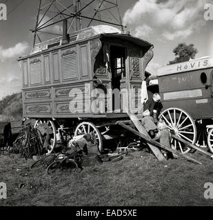 1950s, historical, picture shows three young children playing on the steps of an old wooden gypsy caravan. - Stock Photo