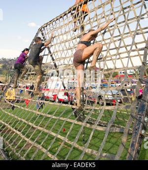 Participants climbing a cargo net in the Spartan 'Gladiator Rock'n Run'  5k obstacle course Pasadena, California - Stock Photo