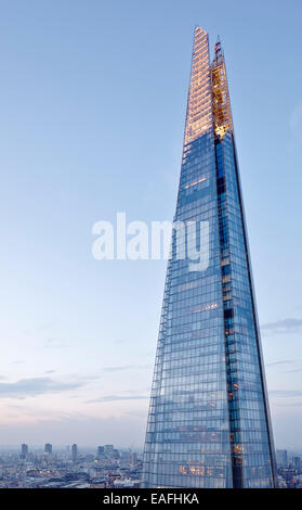 The Shard, London, United Kingdom. Architect: RENZO PIANO BUILDING WORKSHOP, 2014. View looking at the upper levels - Stock Photo