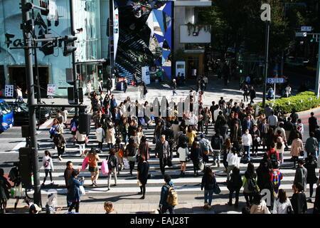 Busy Pedestrian Crossing in Tokyo's fashionable Omotesando district - Stock Photo