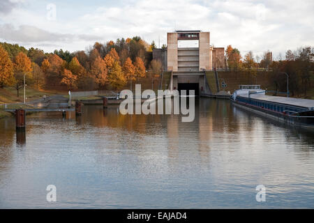 The trees have glorious autumn colours by the entrance to the Leerstetten lock on the Main-Danube Canal - Stock Photo