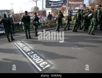 Wunsiedel, Germany. 17th November, 2014. Police officers stand at the fringes of a neo-Nazi rally in front of banners - Stock Photo