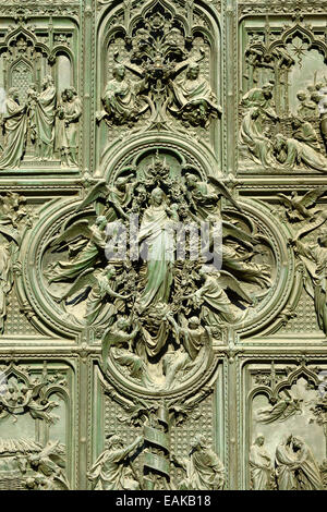 Detail, bronze main door with scenes from the life of Mary, Church motifs, sculptor Lodovico Pogliaghi, west facade - Stock Photo