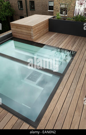 Modern roof garden with decking glass water feature for Glass deck floor