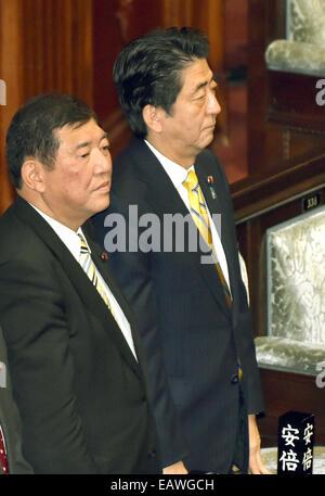 Tokyo, Japan. 21st Nov, 2014. Japan's Prime Minister Shinzo Abe, right, and State Minister Shigeru Ishiba stand - Stock Photo