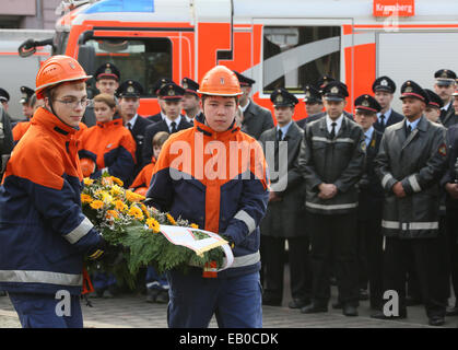 Children from the youth fire brigade laying a wreath at the fire department memorial in Berlin, Germany, 23 November - Stock Photo