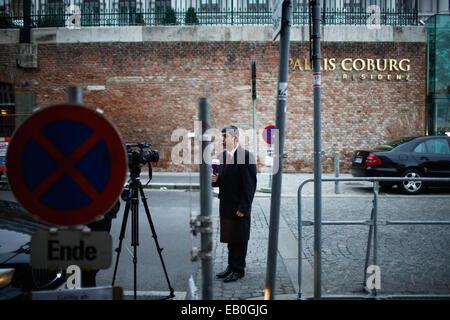 Vienna, Austria. 23rd Nov, 2014. A journalist works outside Palais Coburg, the venue of nuclear talks in Vienna, - Stock Photo