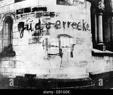 'Jew peg out' is written above a swastika painted on a building wall in Duesseldorf, Germany, 1933. Photo: Berliner - Stock Photo