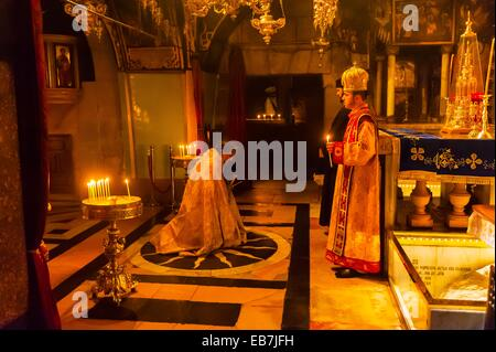 An Armenian orthodox mass at the in the Altar of the Crucifixion in the Church of the Holy Sepulchre site of the - Stock Photo