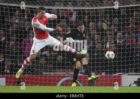 26.11.2014. London, England.  Dortmund's goalkeeper Roman Weidenfeller (r) and Arsenal's Lukas Podolski vie for - Stock Photo