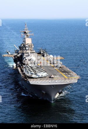 PACIFIC OCEAN (April 6, 2011) The forward-deployed amphibious assault ship USS Essex (LHD 2) is operating off the - Stock Photo