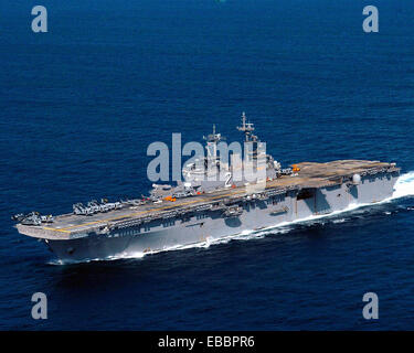 South China Sea (Oct. 20, 2006) - USS Essex (LHD 2) sails in a combined formation during an amphibious exercise - Stock Photo