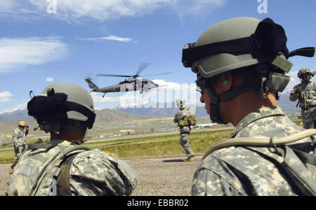 Army personnel from the Utah National Guard, 19th Special Forces unit move into position for HH-60 Pave Hawk hoist - Stock Photo