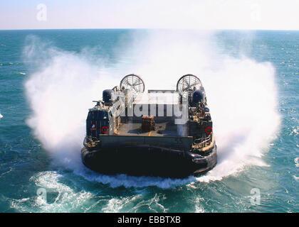 PERSIAN GULF (Nov. 19, 2008) A landing craft air cushion from Assault Craft Unit (ACU) 4 maneuvers towards the multi - Stock Photo