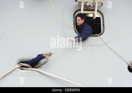 Norfolk, VA (Jan. 25, 2006) -. Line handlers stationed onboard USS San Antonio (LPD 17) prepare the mooring line - Stock Photo