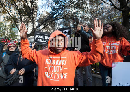 New York, USA. 28th November, 2014. Protesters gathered outside of Macy's Herald Square in New York on the day after - Stock Photo