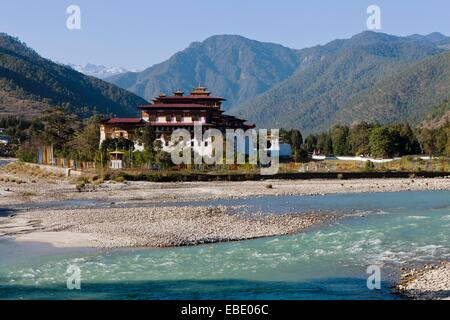 Punakha Dzong situated at the confluence of the Mo and Phu Rivers Bhutan Asia. - Stock Photo