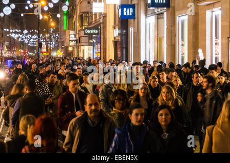 London, UK. 29th November, 2014.  Tens of thousands of shoppers flood central London as  Black Friday discounts - Stock Photo