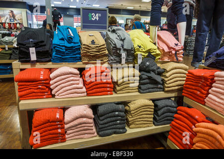 Tropezón Elegibilidad recoger  Tommy Hilfiger and people shopping on Regent Street, London, England, UK  Stock Photo - Alamy