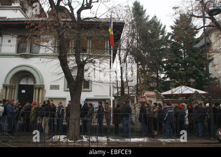Bucharest, Romania. 30th Nov, 2014. Moldovan citizens wait in line to vote at the Moldova' s Embassy in Bucharest, - Stock Photo